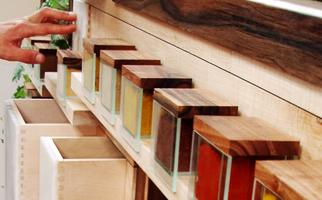 mobilier sur mesure dédié à la cuisine créative accompagné d'un billot en hêtre et ardoises incrustées, mortier pilon en bois d'érable et noyer, façade de tiroir en albâtre et réceptacle pour plantes aromatiques en zinc-boites à épice en verre fabriqué sur-mesure- délice mural - meuble design dessiné et fabriqué par le studio superstrate, Toulouse