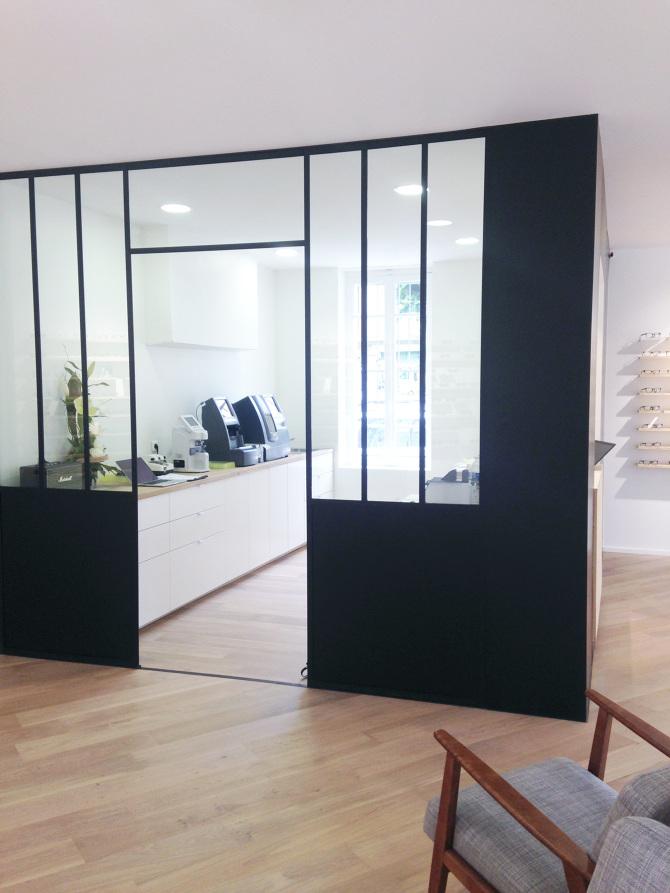 Agencement de magasin d'optique quartier sept deniers, composé de mobilier sur mesure au design minimal, verrière atelier en acier, un espace commercial clair, blanc et lumineux dessiné et réalisé par superstrate studio de design à Toulouse
