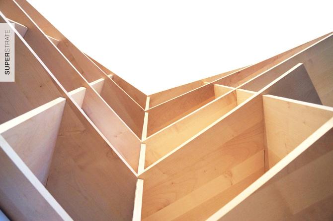 bibliothèque bureau, meuble sur-mesure à plusieurs fonctions, design sculptural réalisé en bois d'érable sycomore clair et aluminium laqué blanc, desssiné et fabriqué par le studio superstrate à toulouse pour un client parisien