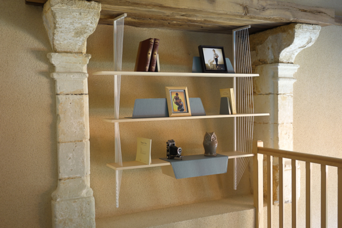 bibliothèque suspendu en Erable et acier laqué blanc- Erable light grey design :studio SUPERSTRATE