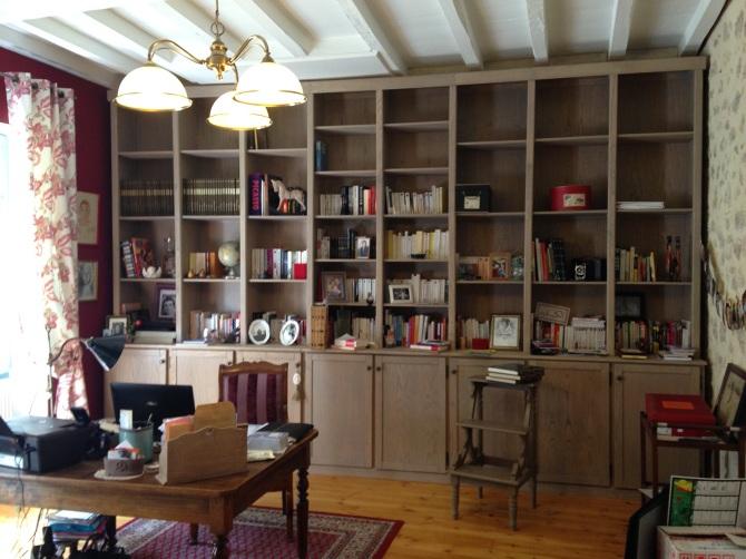 bibliothèque chataigner silt dessiné et conçu sur mesure par le studio superstrate - un volume massif composé de porte et d'étagère