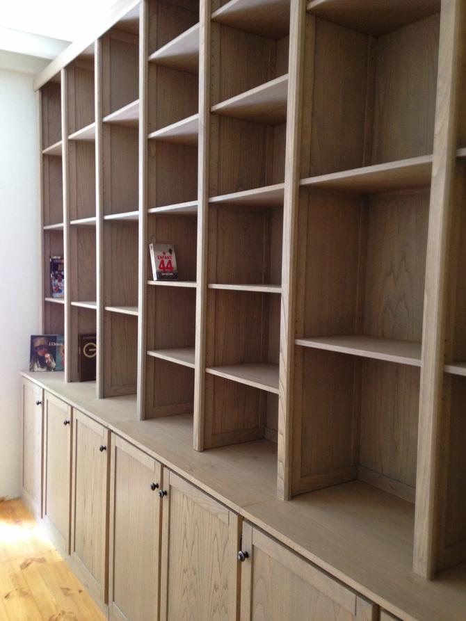 meuble sur-mesure bibliothèque,buffet design authentique mobilier toute hauteur d'aspect rustique en bois de châtaigner, déssiné et fabriqué par le studio superstrate, Toulouse