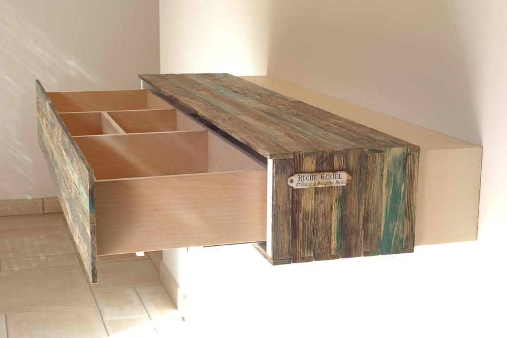 meuble sur mesure originale composé d'un tiroir en bois d'érable et pin sylvestre teinté et patiné dessiné et fabriqué par le studio superstrate à toulouse