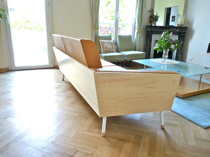 création et conception d'un canapé unique au design sur-mesure en cuir camel et bois de sycomore clair, pied en acier blanc, lignes minimal et rectiligne conçu et fabriqué par le studio superstrate à toulouse