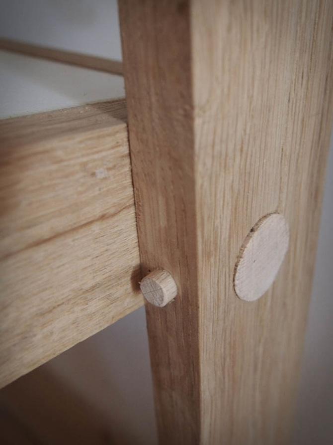 Cuisine sur mesure, kitchenette originale en bois de chêne et stratifié blanc conçu et fabriqué par Superstrate à Sète.