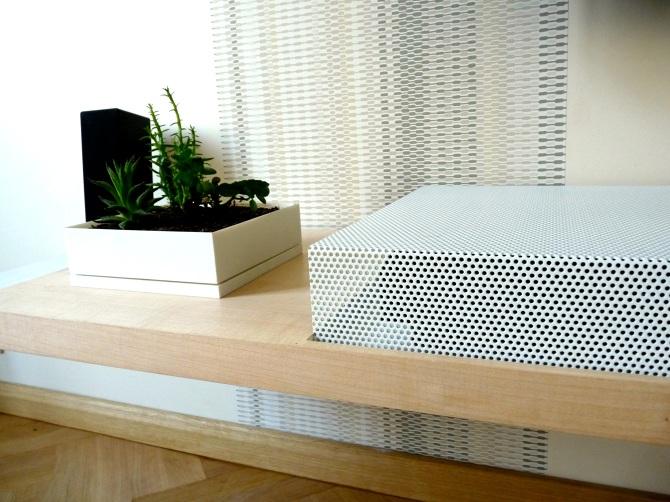 Meuble TV sur mesure au design aérien, métal laqué blanc et tole perforé laqué blanc bois d'érable mobilier déssiné et fabriqué par le studio toulousain superstrate