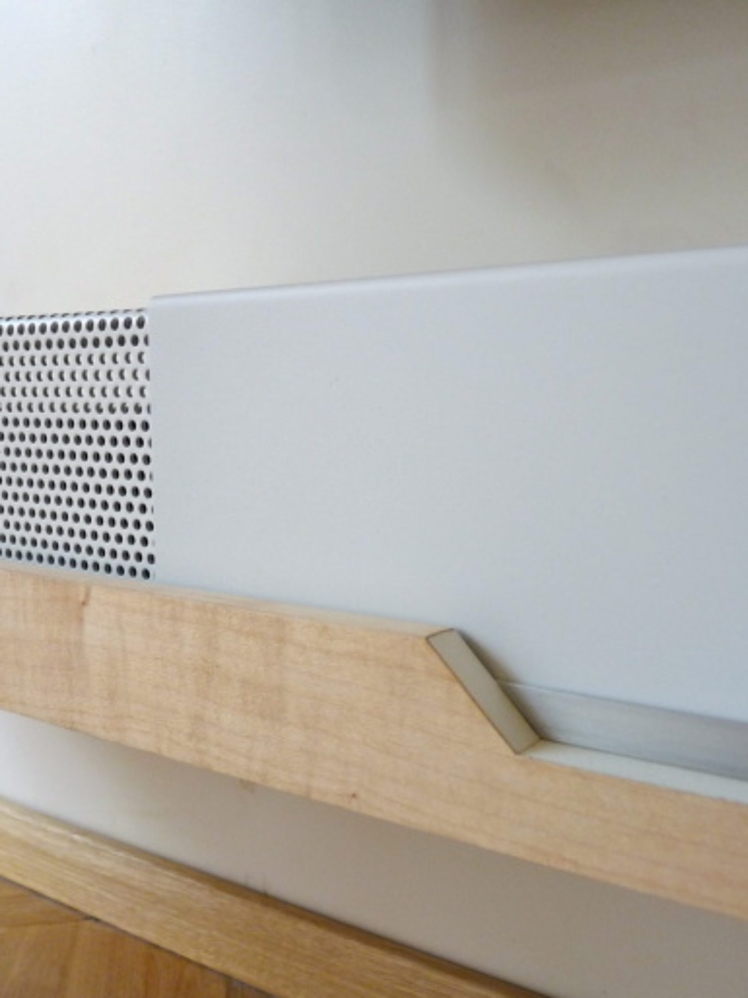 MEUBLE TV • Une solution de meuble sur-mesure suspendu, un design minimal