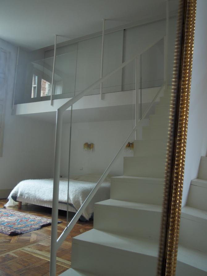 Rambarde et garde corp d'ecalier en bois laqué blanc et plexiglass transparent dessiné et cnçu par le studio Superstrate
