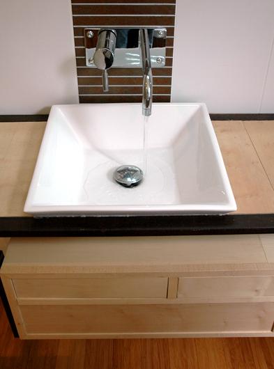 meuble de salle de bain sur-mesure en acier et bois d'érable conçu et fabriqué par le studio superstrate, Toulouse