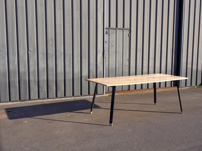 table à manger sur-mesure modulable en hauteur fabriqé en acier et bois de frene clair par le studio superstrate à toulouse