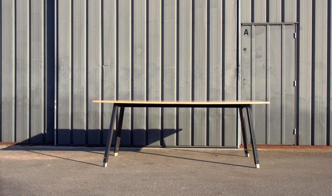 """table """"cream frêne""""conçu et réalisé par le studio de design toulousain SUPERSTRATE- La hauteur de cette table en frêne et acier brut"""