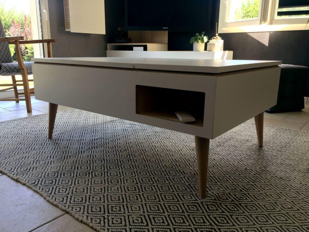 mobilier sur mesure table basse relevable avec rangment intégré en bois de bouleau clair et stratifié blanc et oberflex martelé blanc, design meuble minimal élégant dessiné et fabriqué par le studio superstrate Toulouse