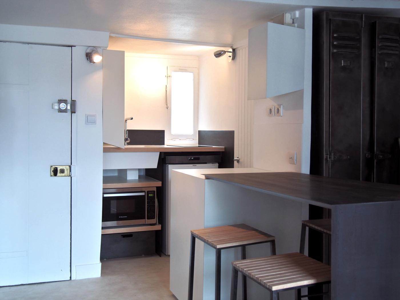 cuisine - steel gray- une cuisine sur mesure pour un petit appartement parisien par le studio Superstrate