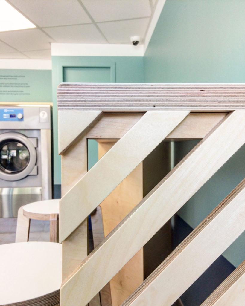 Mobilier-sur-mesure,-meuble-design en contreplaqué de bois de bouleau et stratifié blanc mat-pour-une-franchise-de-laverie-connectée-washouse-toulouse.