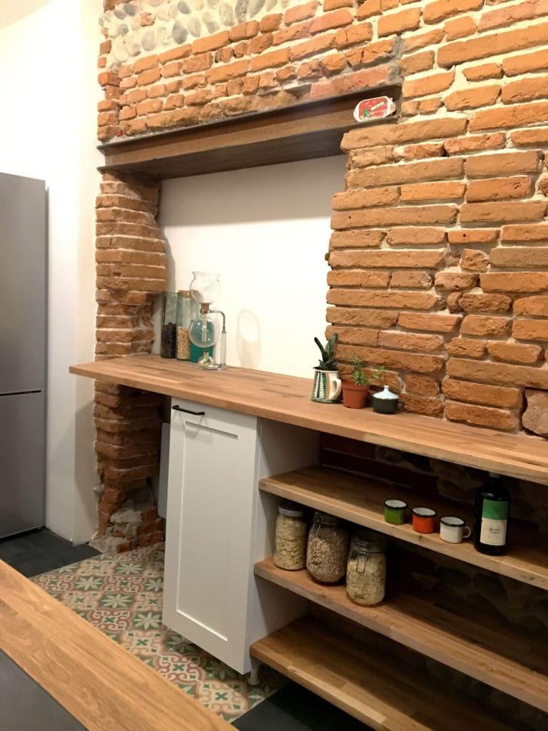 cuisine originale mobilier sur mesure design atypique bois de chene, mdf laqué blanc mat dans un intérieur en brique foraine toulousaine, dessiné et fabriqué par le studio superstrate, toulouse