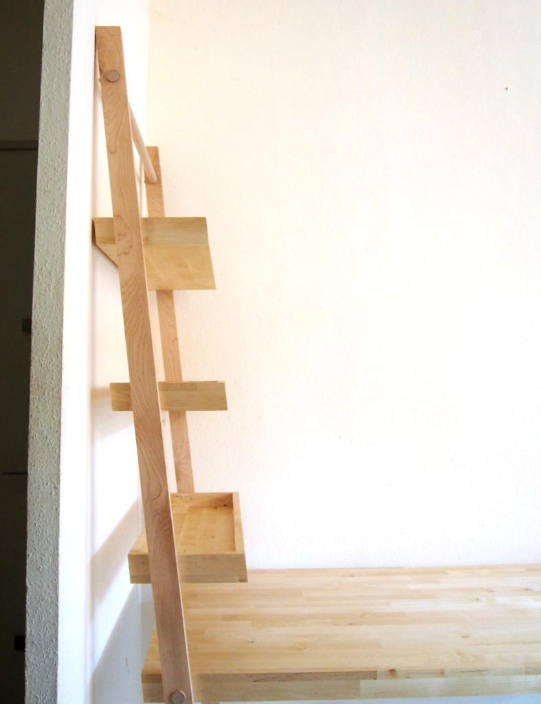 solution design sur mesure meuble bibliothèque et bureau en bois d'érable et de bouleau clair, forme échelle par le studi de design mobilier toulousain superstrate
