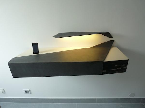meuble console d'entrée au design scultural dessiné et fabriqué sur-mesure en béton ciré anthracite, paille de seigle et cuir beige, studio superstrate-toulouse