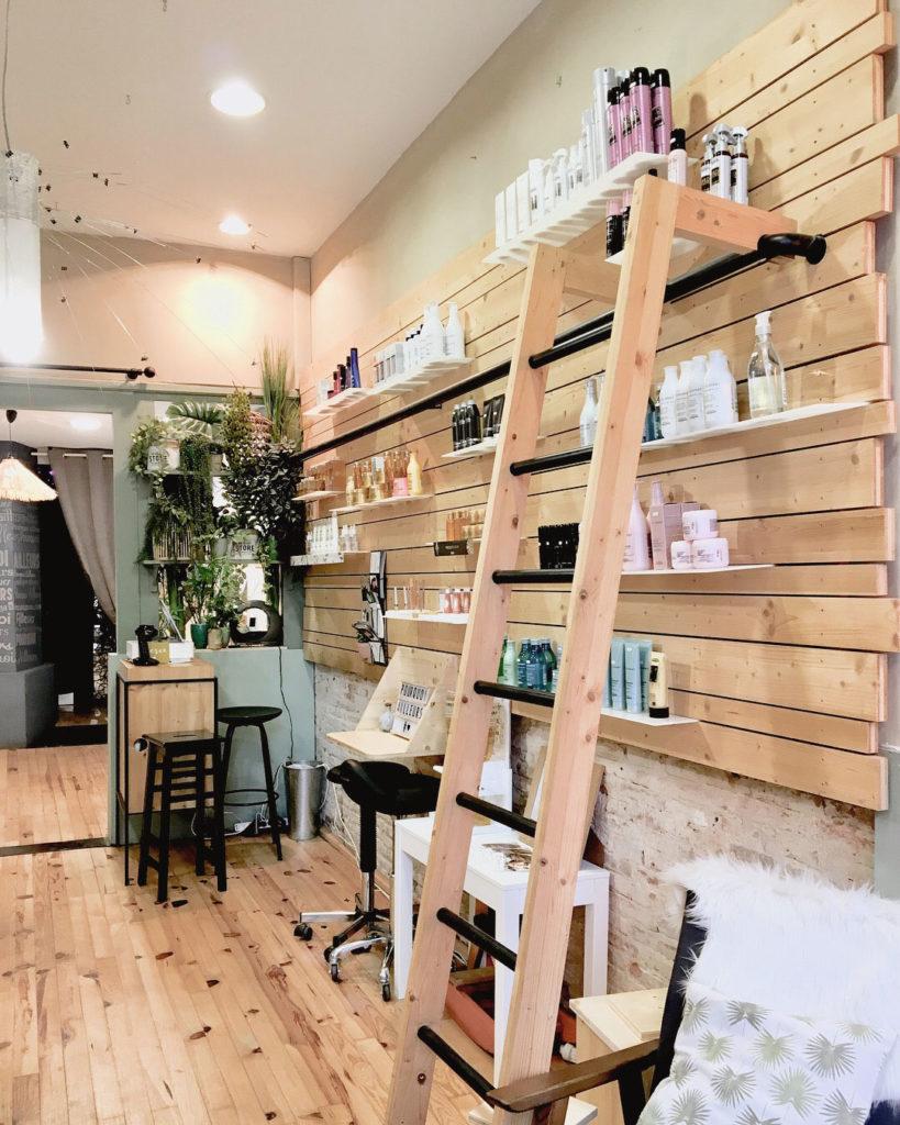 mobilier sur-mesure en bois d'épicéa clair pour l'agencement d'un salon de coiffure à toulouse par le studio superstrate, agencement magasin et boutique, architecture intérieure et décoration, meuble design sur mesure.