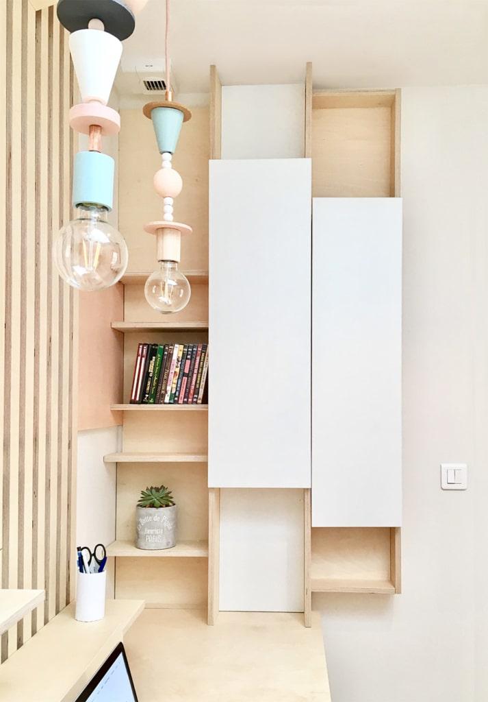 colonne de rangement sur bureau design sur-mesure en bois de bouleau clair, latté de bois clair et rangement fermé en stratifié blanc, luminaire design d'inspiration memphis, forme géométrique et couleur pastel