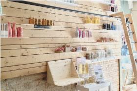 agencement de magasin pour un salon de coiffure, mobilier de display produit sur mesure pour produit de coiffage et shampoing en bois d'épicéa et acier noir.design et fabrication studio superstrate toulouse