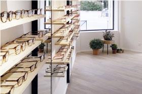 agencement magasin pour une boutique, lunettier richermo, display de lunettes sur étagères fixation invisible, miroir toute hauteur, architecture intérieur, design mobilier sur mesure, fabrication et pose studio superstrate toulouse