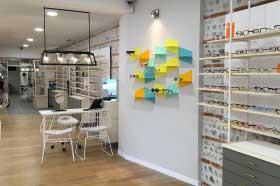 agencement magasin d'un opticien lunetier matériau bois de peuplier, acier thermolaqué blanc et couleur réalisé par le studio de design et fabrication superstrate à Toulouse