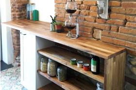 cuisine originale pour un intérieur atypique toulousain avec mur en brique. une cuisine sur mesure design épuré en bois de chêne et mélaminé blanc deisgn fabrication et pose par le studio design superstrate, toulouse