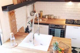 cuisine originale et cuisine sur mesure en bois de chêne et acier noir et blanc esprit industriel réalisé par le studio de design et fabrication superstrate à Toulouse