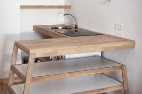 kitchenette originale pour un petit intérieur atypique. une cuisine sur mesure au design épuré en bois de chêne et mélaminé blanc deisgn fabrication et pose par le studio design superstrate, toulouse