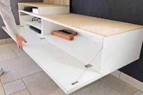 mobilier sur mesure, meuble TV sur mesure en stratifié effet martelé oberflex, laque blanc mat et érable sycomore, design et fabrication studio superstrate Toulouse