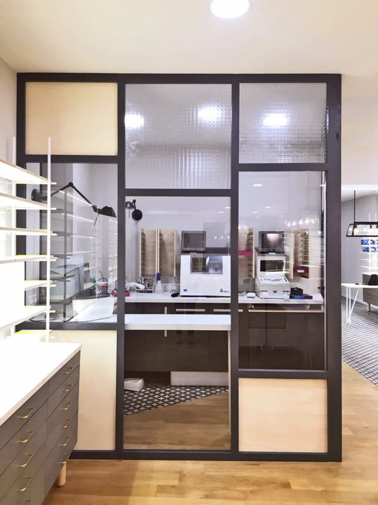 agencement magasin aménagement sur mesure, architecture d'intérieur,mobilier sur mesure et prestation de décoration, transformation d'un local professionnel pour un opticien lunettier, opticien Toulouse par le studio de design et ébénisterie Superstrate