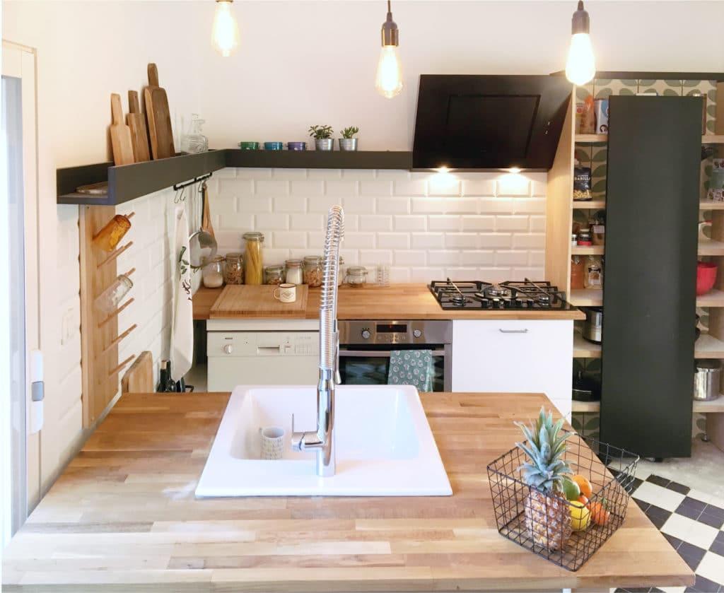 cuisine design sur mesure originale plan de travail en bois de chêne, meuble blanc design minimal esprit industriel-carreaux métro-carrelage vintage-meuble sur mesure- toulouse